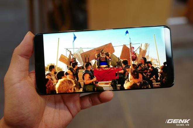 Top smartphone màn hình nét căng, lớn đẹp lại có pin bền để Netflix & Chill cho hết kì nghỉ - Ảnh 2.