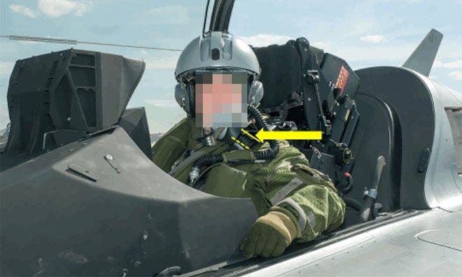 Lần đầu đi ké máy bay quân sự, bác trai sợ quá bầm nhầm nút nhảy ra ngoài ở độ cao gần 800 mét - Ảnh 2.