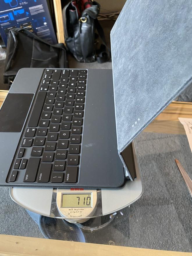 iPad Pro kết hợp bàn phím Magic Keyboard mới nặng hơn cả một chiếc MacBook Air 13 inch - Ảnh 1.