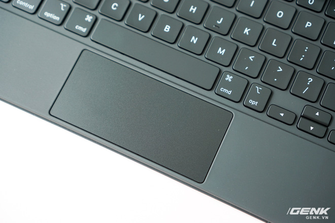 Trên tay và trải nghiệm nhanh bàn phím Magic Keyboard hơn 10 triệu đồng của iPad Pro: rất nặng, lắp vào dày hơn MacBook Pro 13, bù lại phím gõ rất sướng tay - Ảnh 10.