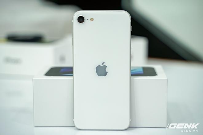 Cận cảnh iPhone SE 2020 đầu tiên tại Việt Nam: Thiết kế giống iPhone 8, giá từ 12.7 triệu đồng - Ảnh 13.