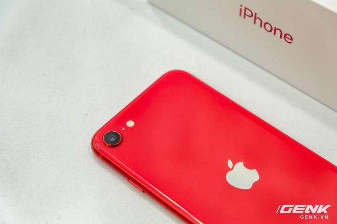 Cận cảnh iPhone SE 2020 đầu tiên tại Việt Nam: Thiết kế giống iPhone 8, giá từ 12.7 triệu đồng - Ảnh 9.