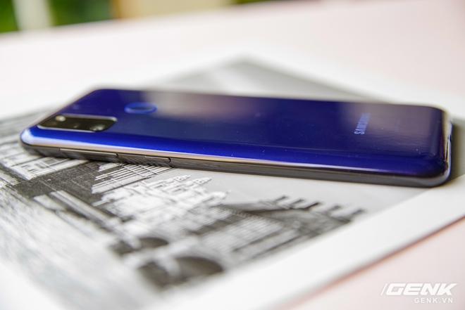 Mở hộp Galaxy M21: thiết kế cơ bản với màn hình Infinity-U, 3 camera 48MP và pin 6000mAh - Ảnh 2.