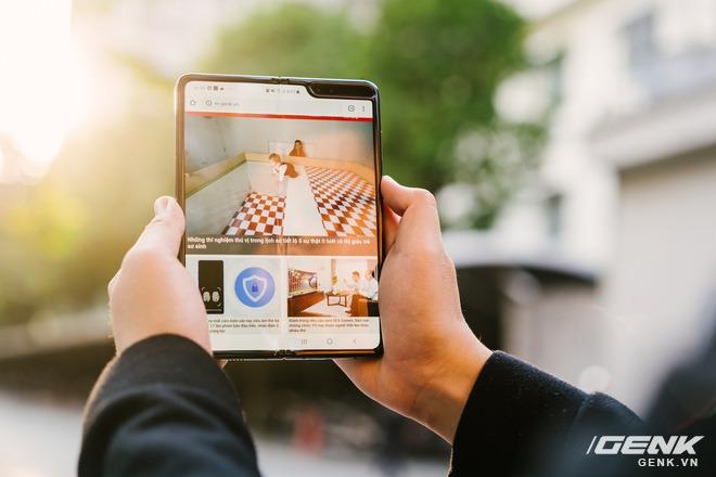 Những tin đồn đầu tiên về Galaxy Fold 2: màn lớn hơn, giá rẻ hơn, camera ẩn dưới màn hình - Ảnh 1.