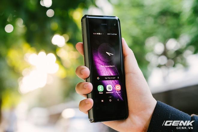 Những tin đồn đầu tiên về Galaxy Fold 2: màn lớn hơn, giá rẻ hơn, camera ẩn dưới màn hình - Ảnh 2.