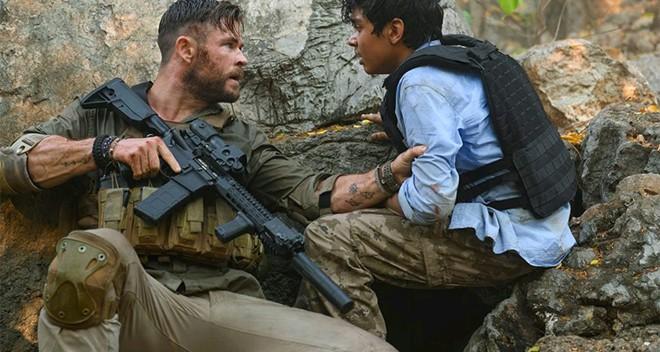 Netflix tung trailer bom tấn hành động mới của Chris Hemsworth: Thần sấm Marvel vào vai lính đánh thuê, đấm nhau chẳng kém gì John Wick - Ảnh 2.