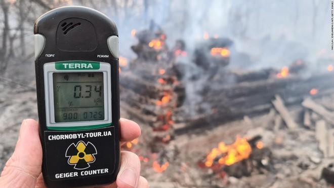 Chernobyl cháy lớn, mức phóng xạ trong khu vực cao gấp 16 lần mức bình thường - Ảnh 2.