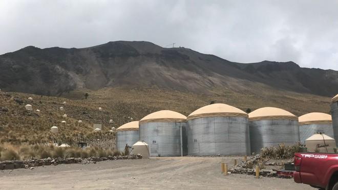 Từ trên đỉnh ngọn núi lửa tại Mexico, các nhà vật lý học cố chứng minh có thứ bay nhanh hơn ánh sáng - Ảnh 1.