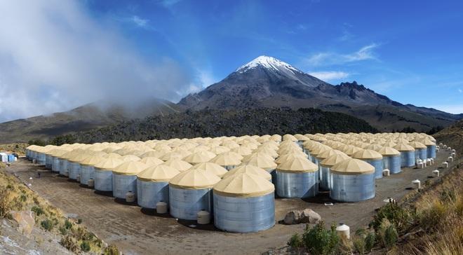 Từ trên đỉnh ngọn núi lửa tại Mexico, các nhà vật lý học cố chứng minh có thứ bay nhanh hơn ánh sáng - Ảnh 3.