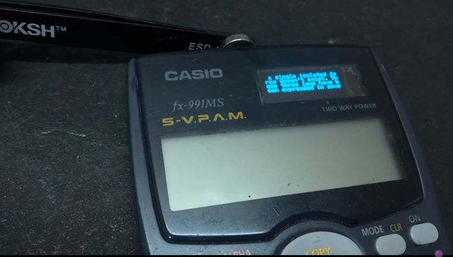 Anh chàng YouTuber này đã sử dụng cục nam châm gắn vào đầu bút, cùng 1 số cảm biến từ trường để kích hoạt màn hình OLED trên chiếc máy tính Casio của mình.