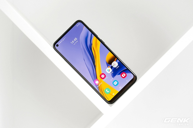 Trên tay Galaxy M11: Giá hơn 3 triệu mà đã có màn hình đục lỗ xịn sò, 3 camera chính, pin 5000mAh sạc nhanh 15W và chip Snapdragon 450 - Ảnh 1.
