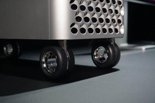 YouTuber bỏ 700 USD mua 4 chiếc bánh xe của Mac Pro để làm ván trượt - Ảnh 1.