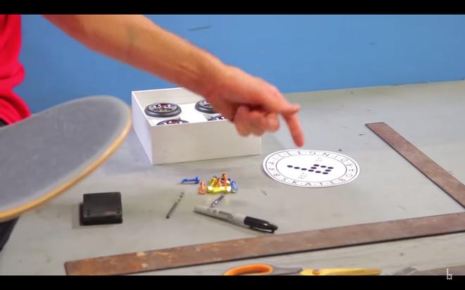 Quá trình lắp ráp 4 chiếc bánh xe vào tấm ván diễn ra khác dễ dàng, Braille Skateboarding cũng dành lời khen cho Apple vì đã cung cấp đầy đủ những công cụ cần thiết để giúp người dùng dễ dàng lắp ráp.