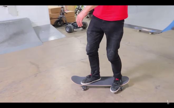 Anh chàng YouTuber của chúng ta gặp rất nhiều khó khăn trong việc giữ thăng bằng trên tấm ván trượt tự chế, dù anh cũng không phải tay mơ trong lĩnh vực này.