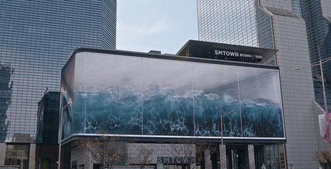 Nhìn lên hết hồn tưởng sóng thần ập vào thành phố, hoá ra là tác phẩm ảo giác lớn nhất thế giới hiển thị trên màn hình của Samsung - Ảnh 2.