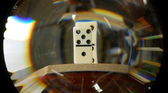 Quá đặc biệt: Nhiếp ảnh gia tạo ra ống kính có thể nhìn xuyên vật được chụp - Ảnh 1.