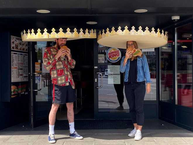 7749 phương pháp giãn cách xã hội cực độc đáo của các nhà hàng trên thế giới khiến ai cũng phải mỉm cười - Ảnh 1.