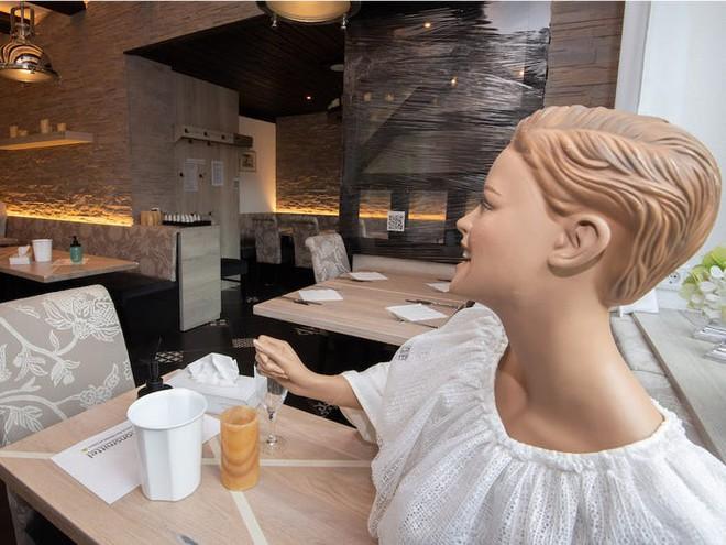 7749 phương pháp giãn cách xã hội cực độc đáo của các nhà hàng trên thế giới khiến ai cũng phải mỉm cười - Ảnh 10.