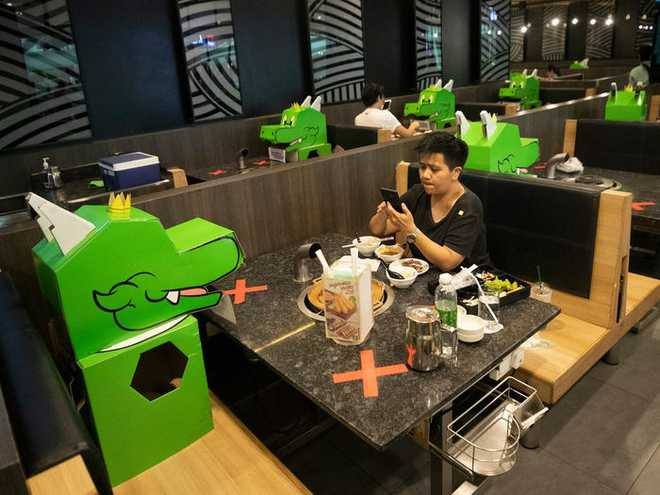 7749 phương pháp giãn cách xã hội cực độc đáo của các nhà hàng trên thế giới khiến ai cũng phải mỉm cười - Ảnh 2.