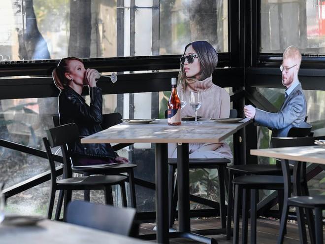 7749 phương pháp giãn cách xã hội cực độc đáo của các nhà hàng trên thế giới khiến ai cũng phải mỉm cười - Ảnh 6.