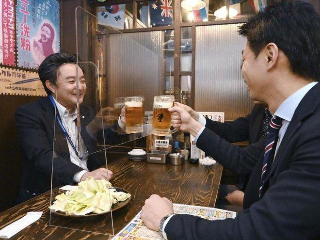 7749 phương pháp giãn cách xã hội cực độc đáo của các nhà hàng trên thế giới khiến ai cũng phải mỉm cười - Ảnh 9.