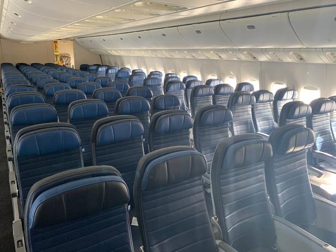 Giải pháp mới cho các hãng hàng không mùa Covid-19: Xếp ghế ngồi theo kiểu giở đầu đuôi để hạn chế hành khách tiếp xúc gần - Ảnh 1.