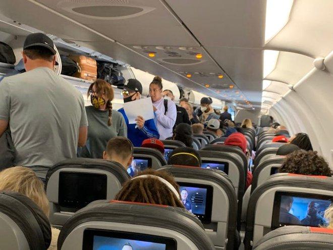 Giải pháp mới cho các hãng hàng không mùa Covid-19: Xếp ghế ngồi theo kiểu giở đầu đuôi để hạn chế hành khách tiếp xúc gần - Ảnh 2.