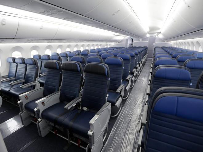 Giải pháp mới cho các hãng hàng không mùa Covid-19: Xếp ghế ngồi theo kiểu giở đầu đuôi để hạn chế hành khách tiếp xúc gần - Ảnh 3.