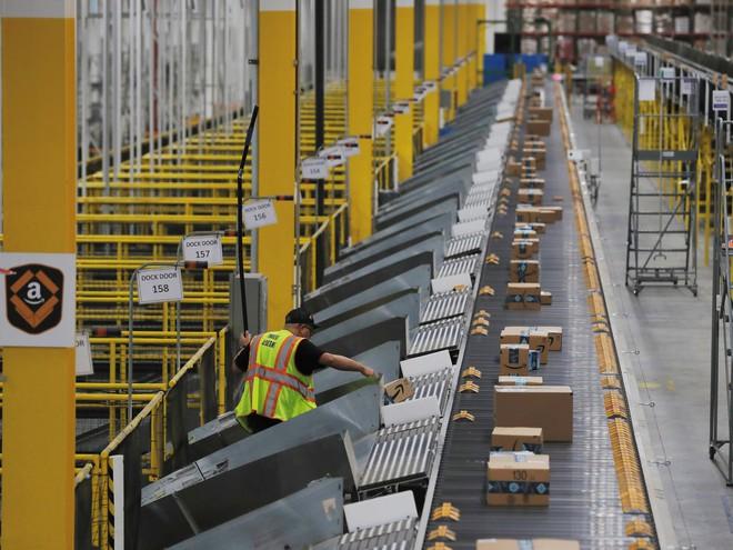 Gọi hành động sa thải nhân viên tố cáo là đồ gà chết, phó chủ tịch Amazon tuyên bố bỏ việc để phản đối - Ảnh 2.