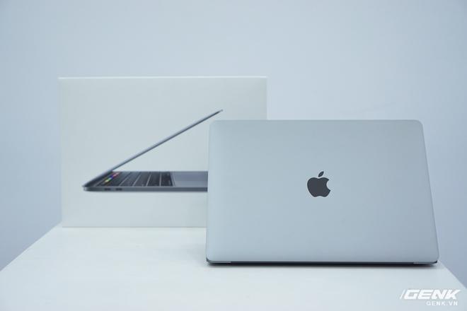 Cận cảnh MacBook Pro 13 2020 tại Việt Nam: Bàn phím Magic Keyboard mới, chưa có Intel Core i thế hệ 10, kích thước tương đương bản 2019, giá còn khá cao - Ảnh 1.