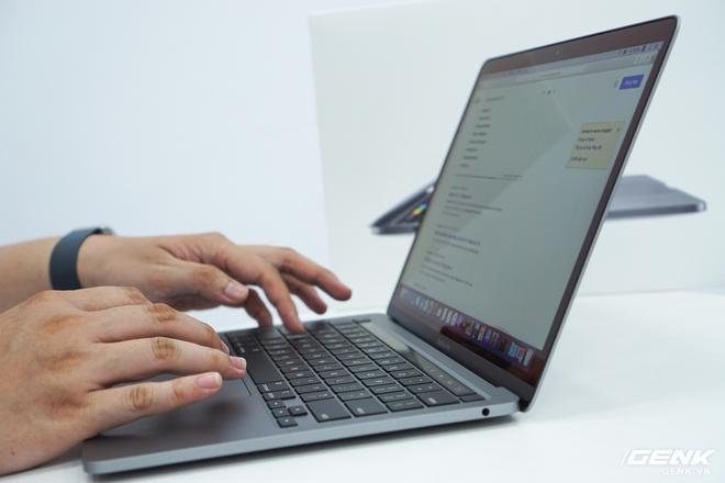 Cận cảnh MacBook Pro 13 2020 tại Việt Nam: Bàn phím Magic Keyboard mới, chưa có Intel Core i thế hệ 10, kích thước tương đương bản 2019, giá còn khá cao - Ảnh 3.