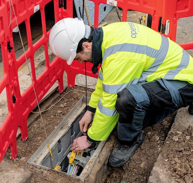 Dân Anh nhổ nước bọt vào mặt kỹ sư mạng, phá hoại 77 cột phát sóng viễn thông vì tin vào thuyết âm mưu 5G gây ra COVID-19 - Ảnh 1.