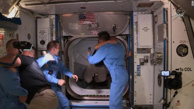 Tàu vũ trụ Crew Dragon của SpaceX lắp ghép thành công với trạm ISS, hoàn toàn tự động - Ảnh 2.
