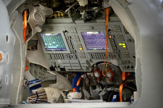 Điều khiển tàu vũ trụ SpaceX bằng màn hình cảm ứng dễ như thể đang chơi game trên máy tính bảng - Ảnh 2.