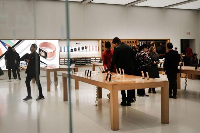 Một khách hàng khởi kiện Apple đòi bồi thường 1.000 tỷ USD vì cáo buộc ăn trộm iPhone của ông ta - Ảnh 1.