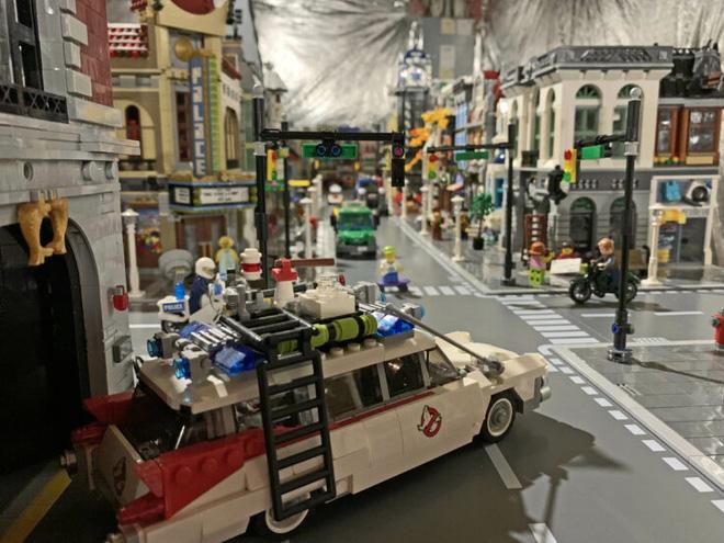 Anh chàng này đã dành 5 năm để xây dựng 1 thành phố LEGO rộng lớn trị giá hơn 2 tỉ đồng, có cả tòa tháp Avengers hẳn hoi - Ảnh 1.