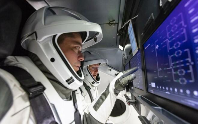Designer từng tham gia nhiều dự án của Marvel và DC đã thiết kế trang phục cho phi hành đoàn SpaceX - Ảnh 2.