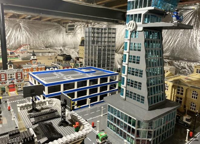 Anh chàng này đã dành 5 năm để xây dựng 1 thành phố LEGO rộng lớn trị giá hơn 2 tỉ đồng, có cả tòa tháp Avengers hẳn hoi - Ảnh 2.