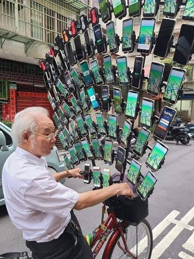 Ông lão nổi tiếng nhờ chơi Pokémon Go trên xe đạp vừa nâng cấp lên dàn 64 chiếc smartphone - Ảnh 4.