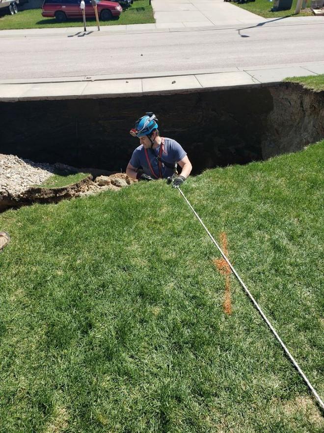 Thử khám phá hố tử thần sâu hun hút xuất hiện giữa khu phố, ai ngờ phát hiện ra cả hệ thống hầm mỏ bí ẩn nằm ngay bên dưới - Ảnh 3.