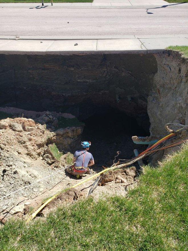 Thử khám phá hố tử thần sâu hun hút xuất hiện giữa khu phố, ai ngờ phát hiện ra cả hệ thống hầm mỏ bí ẩn nằm ngay bên dưới - Ảnh 4.
