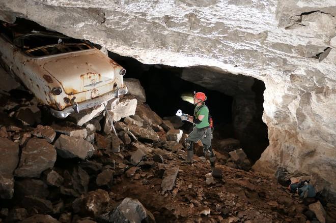 Thử khám phá hố tử thần sâu hun hút xuất hiện giữa khu phố, ai ngờ phát hiện ra cả hệ thống hầm mỏ bí ẩn nằm ngay bên dưới - Ảnh 7.