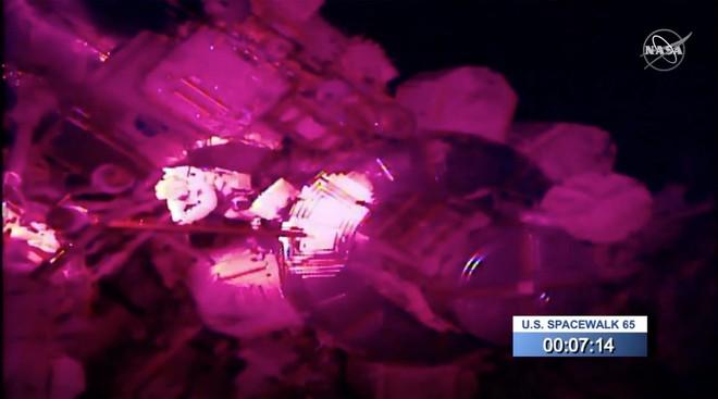 Phi hành gia của NASA vừa bước chân ra khỏi trạm vũ trụ ISS đã gặp sự cố, làm mất luôn chiếc gương đeo tay của mình - Ảnh 1.