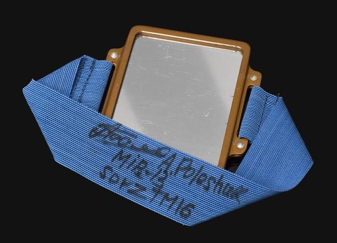 Phi hành gia của NASA vừa bước chân ra khỏi trạm vũ trụ ISS đã gặp sự cố, làm mất luôn chiếc gương đeo tay của mình - Ảnh 2.