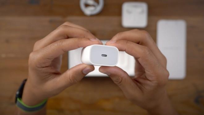 """""""Ông đồng"""" Kuo dự đoán Apple sẽ không bán kèm củ sạc trong hộp iPhone 12, người dùng phải bỏ thêm tiền để có củ sạc 20W - Ảnh 1."""