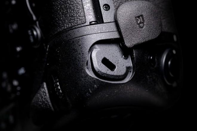 Trên tay máy ảnh cao cấp Nikon D6: Có cả khóa chống trộm Kensington giống như laptop - Ảnh 12.