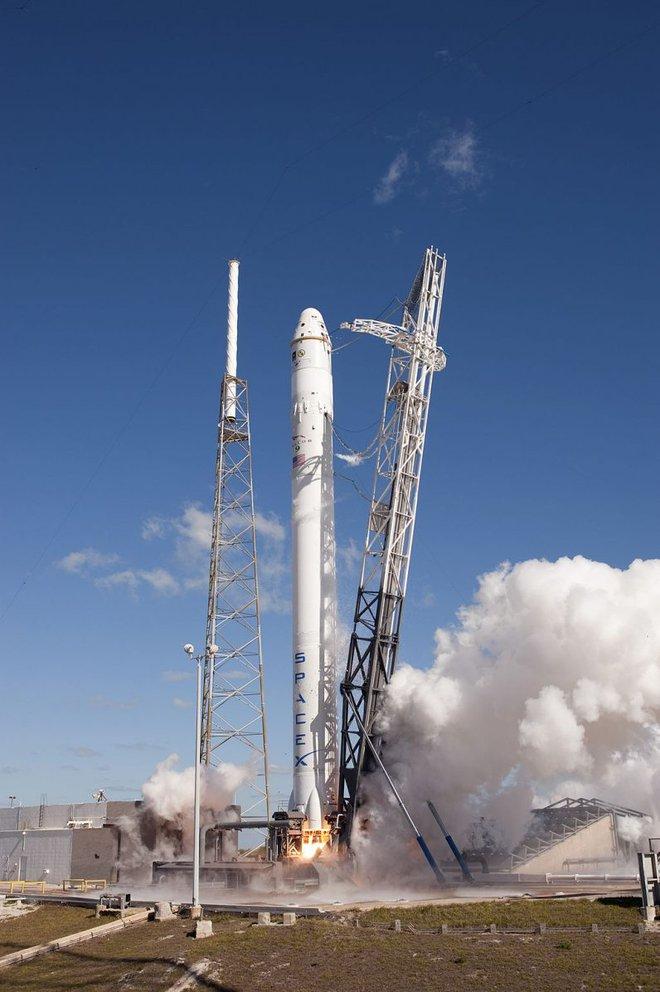 Elon Musk chỉ cần bán 59 chiếc Tesla là đủ khắc phục hậu quả môi trường sau một vụ phóng tàu SpaceX - Ảnh 1.