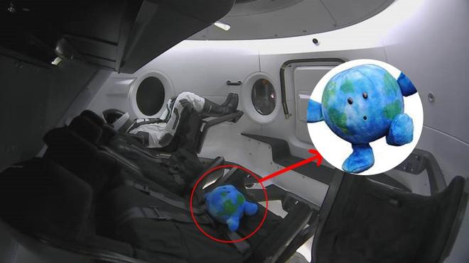 Dân mạng phát cuồng với thành viên đặc biệt trong chuyến bay vào vũ trụ của SpaceX: 1 con khủng long nhồi bông - Ảnh 6.