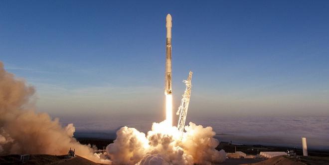 SpaceX dùng gì để đưa các phi hành gia lên trạm vũ trụ: Oxy lỏng, nhiên liệu, 3 CPU cũ kĩ và Linux - Ảnh 1.