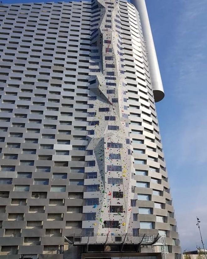 Ngắm nhìn bức tường leo núi cao nhất thế giới được xây dựng ngay trên một tòa nhà cao tầng - Ảnh 3.